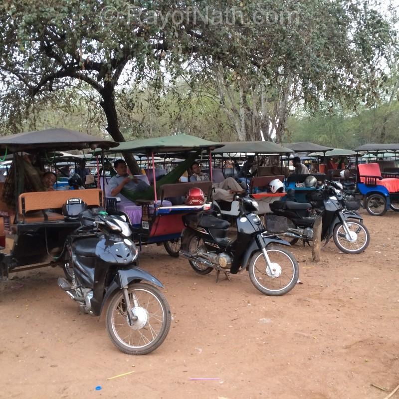 Chauffeurs de tuk tuk sur le site d'Angkor