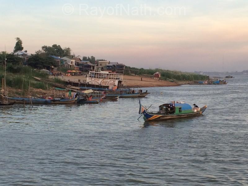Vietnamiens qui habitent clandestinement l'autre rive du Mekong