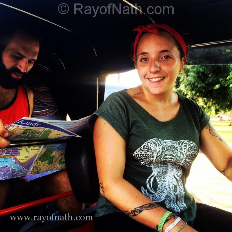 Formidable couple français. Marion qui n'a pas froid aux yeux de conduire même à Colombo comme un local!
