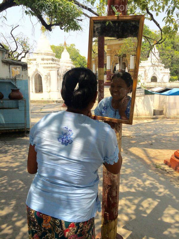 Application du thanaka! Petite station dans un temple
