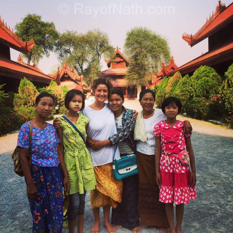 Bien entourée de gens du Myanmar venus à Mandalay pendant les vacances pour visiter les temples eux aussi!