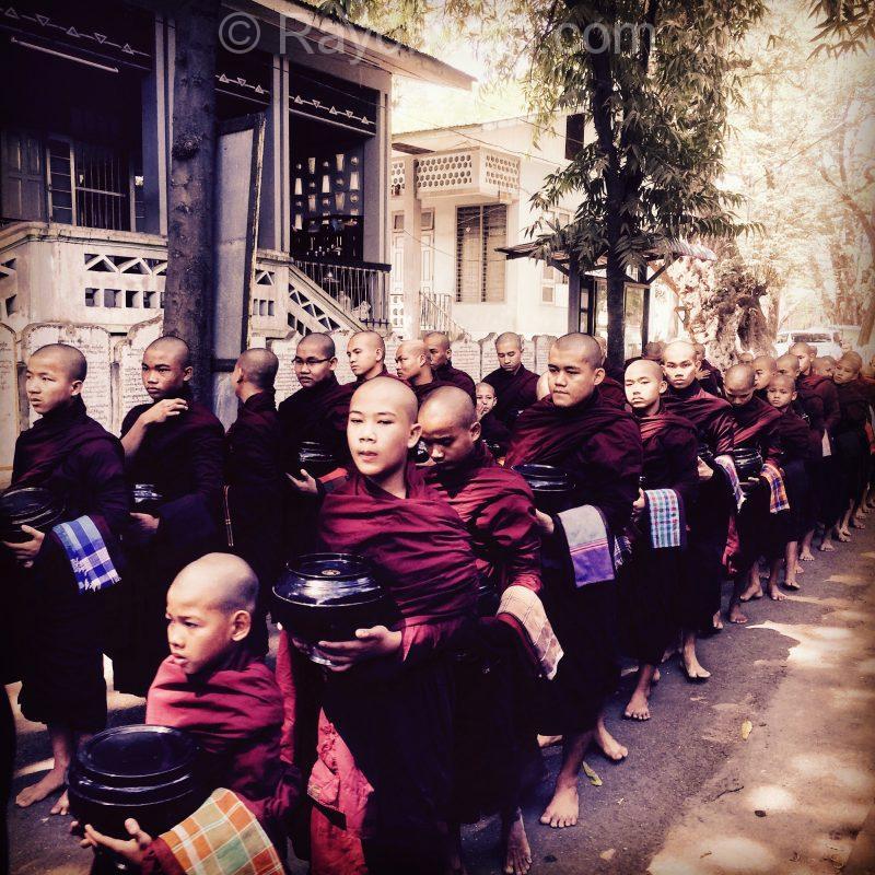 Jeunes novices au Monastère de Mahagandayon