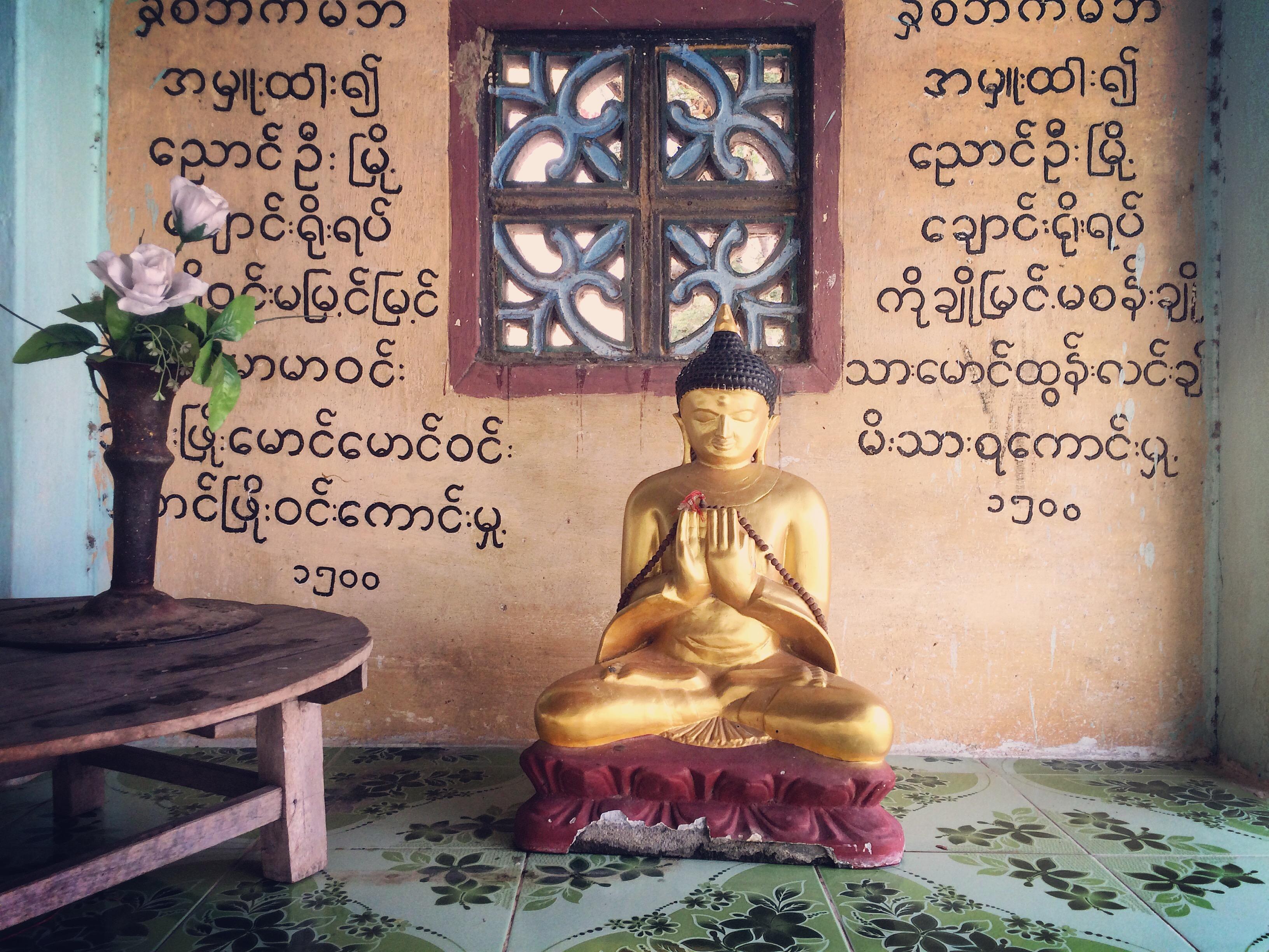 Dans un petit temple de Bagan, Myanmar