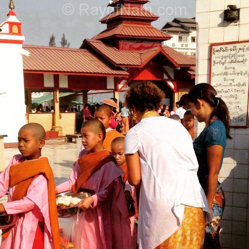 Au jour de l'An, l'honneur d'offrir du riz cuisiné par une famille aux moines et aux nonnes