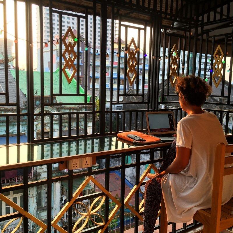 En séance d'écriture à Yangon, Myanmar