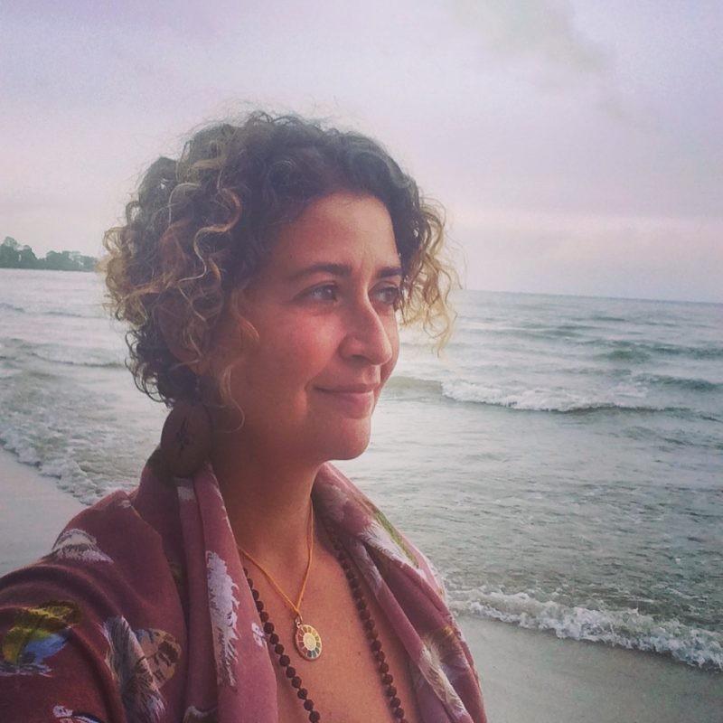 En réflexion sur mon avenir d'une plage du Cambodge