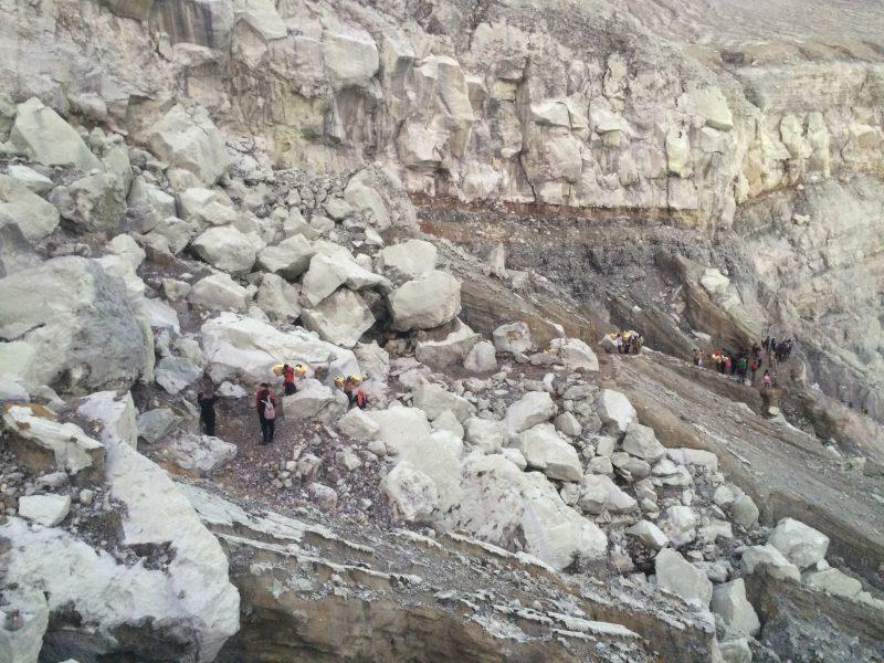 Vue sur la descente dans le cratère de Kawah Ijen