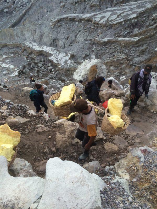 Mineurs de Kawah Ijen à la remontée du cratère