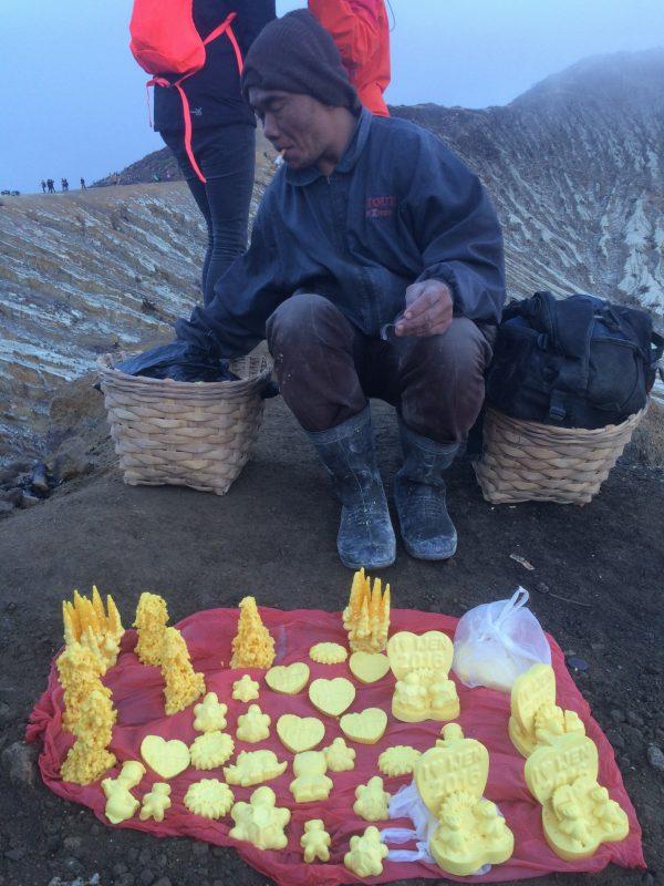 Mineur vendant des sculptures fait de soufre - Kawah Ijen