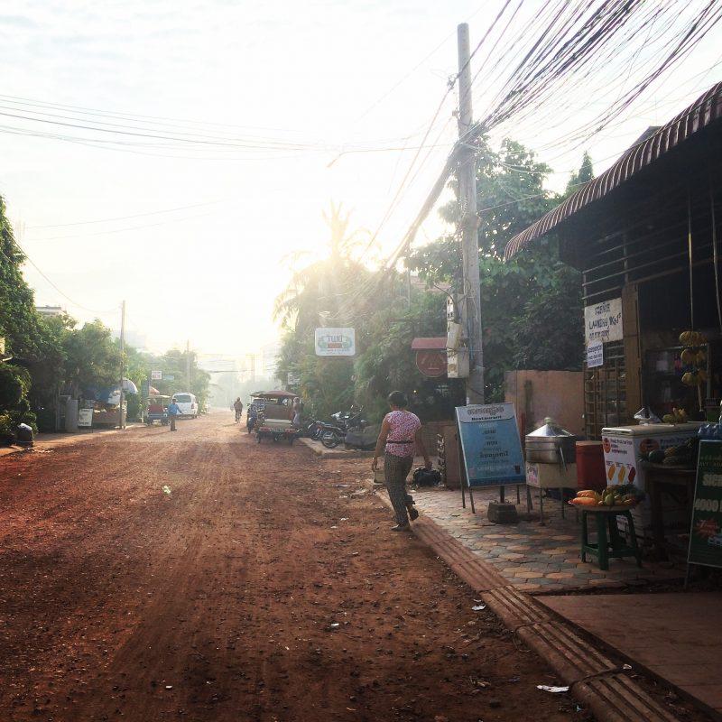rue de Siem Reap, Cambodge, à l'aube