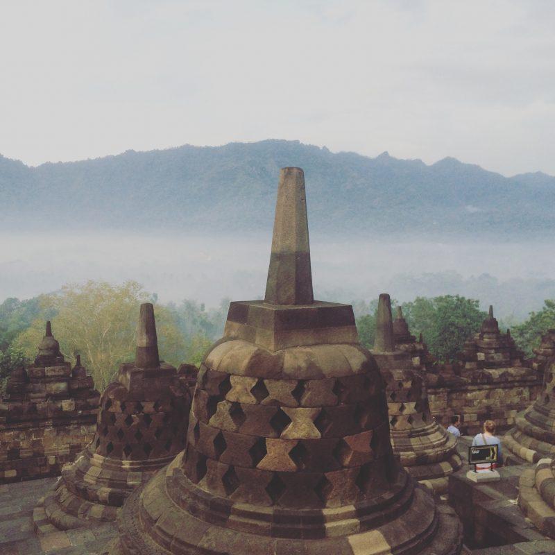 Cloches de Borobudur devant le brouillard des montagnes