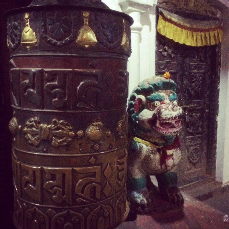 Moulin à prière à l'entrée du stupa de Boudhanath