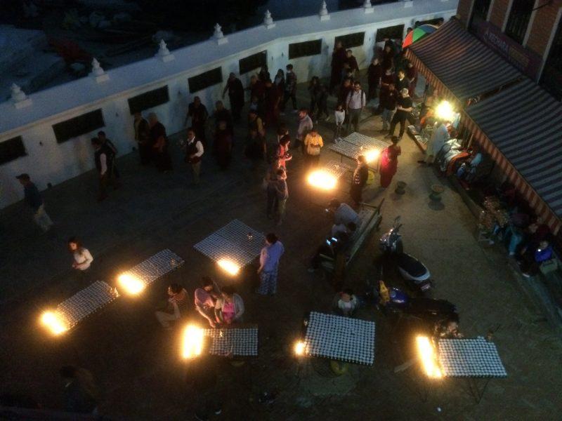 Lueur des lampions un soir autour du stupa de Boudhanath