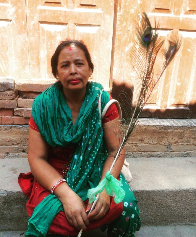 Quand j'ai vu cette népalaise avec sa plume de paon, je n'ai pu m'empêcher de lui demander une photo!