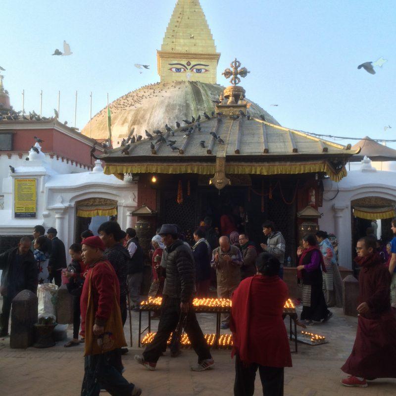 Devant l'entrée principale du stupa qui était encore en rénovation sur cette photo, Boudhanath
