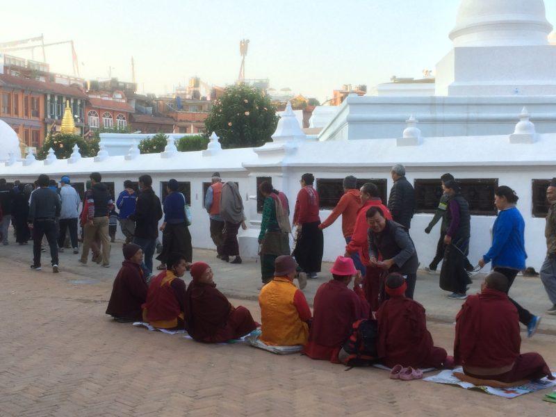 Moines ascètes autour du stupa de Boudhanath