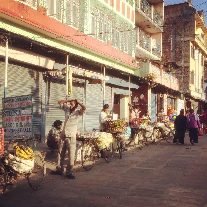 Marchands de pommes en début de matinée à Budhanath, Népal