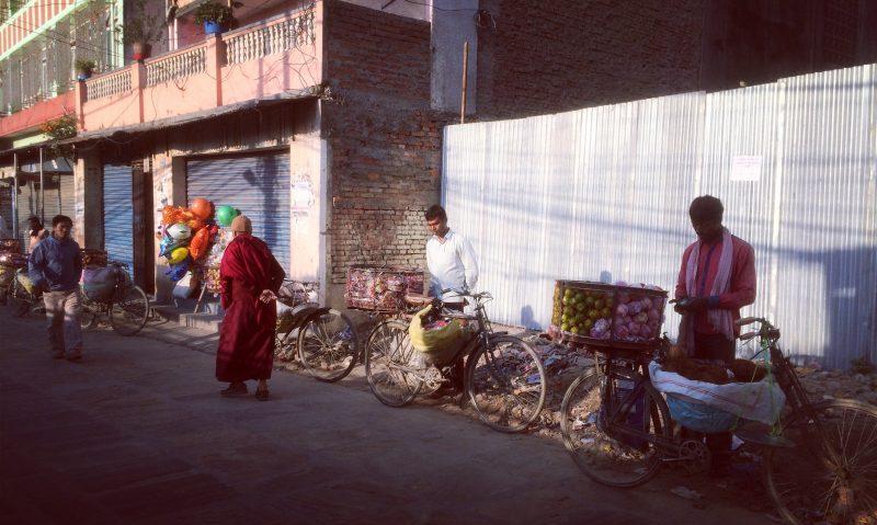 paysage matinal d'une petite rue de Boudhanath