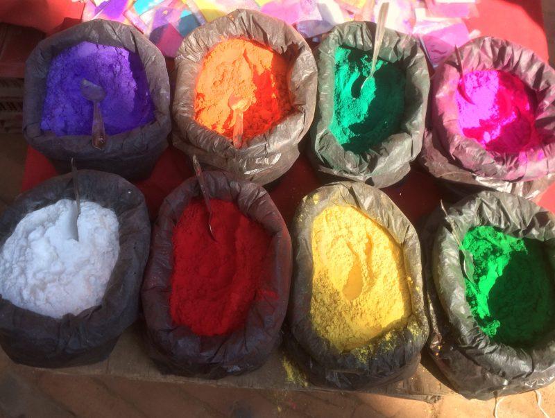 Poudres de tika de toutes les couleurs pendant le Tihar Festival, Bhaktapur