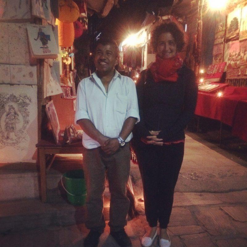 Avec le sympathique vendeur de cartes à Bhaktapur