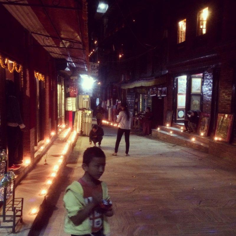 Rue illuminée de Bhaktapur pendant le Festival Tihar