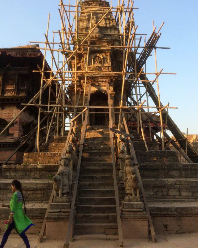 Échafaudage de bambou autour d'un monument de Bhaktapur