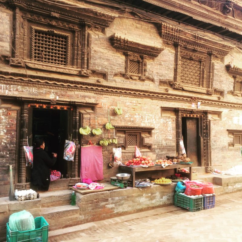 Dans une rue de Bhaktapur, regardez les magnifiques boiseries.
