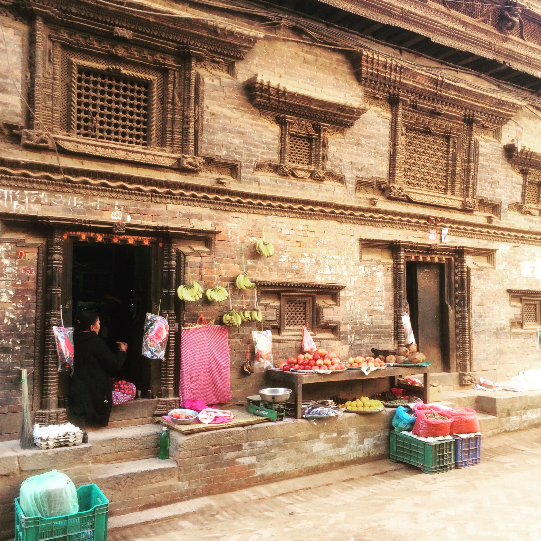 Dans une rue de Bhaktapur, regardez la boiserie des fenêtres.