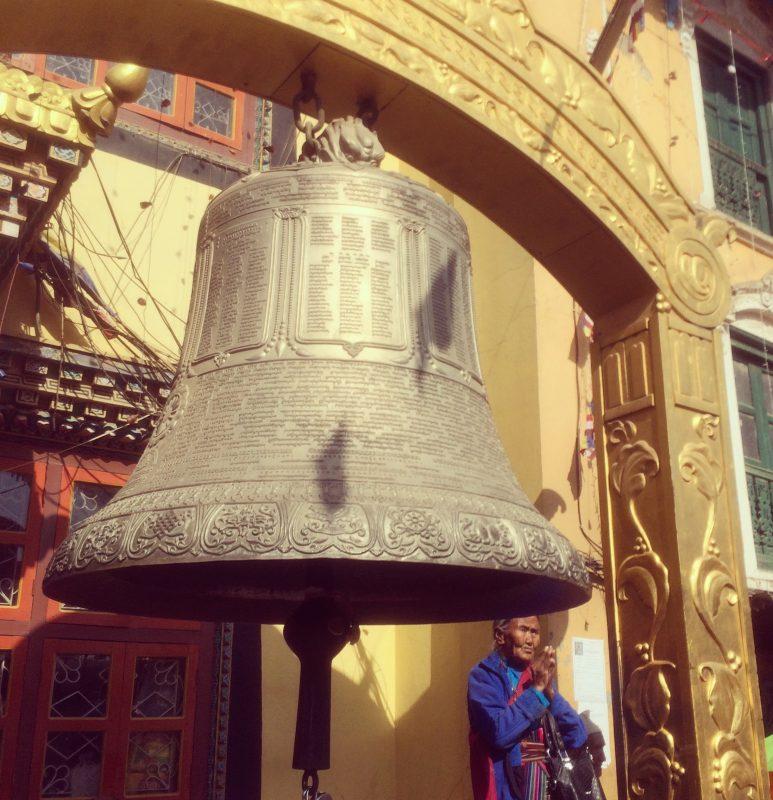 Grande cloche sur la place du stupa, Boudhanath