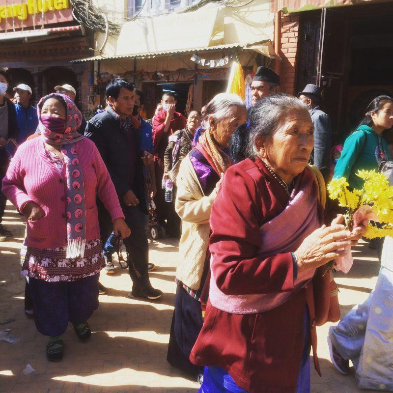 Animation autour du stupa lors des cérémonies de purification du stupa de Boudhanath