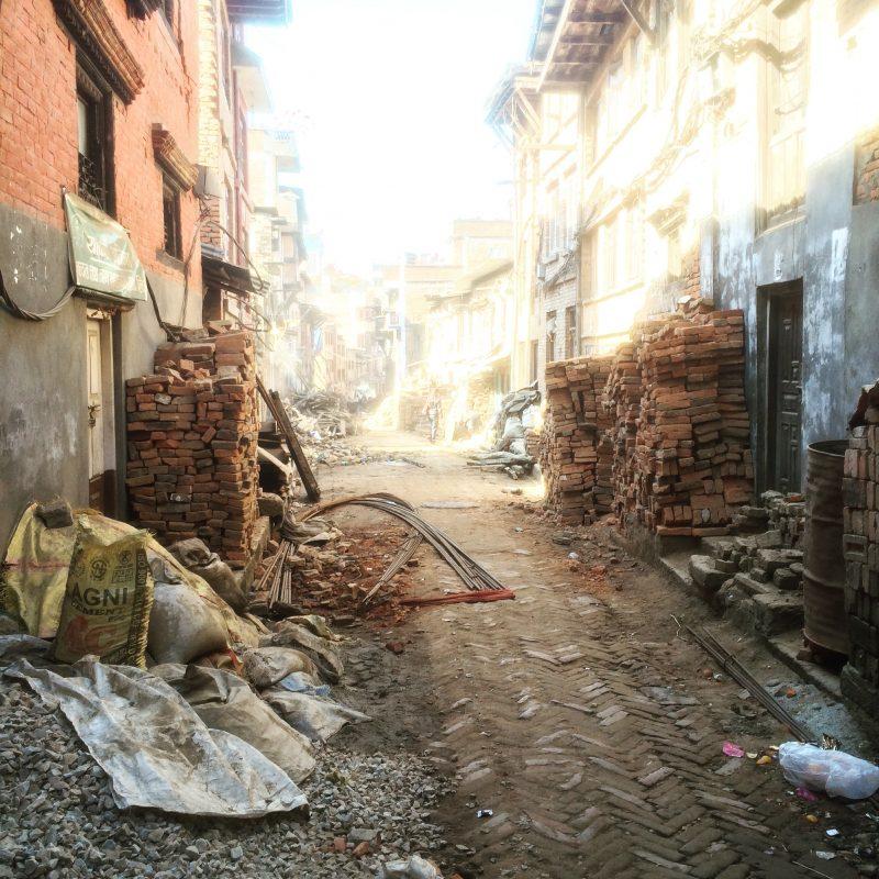 Rue de Bhaktapur et les traces du tremblement de terre de 2015