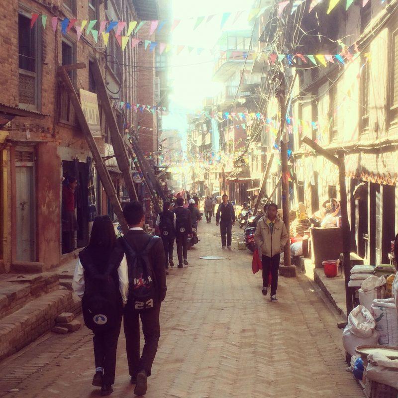 Rue de Bhaktapur où l'on voit les nombreuses poutres de soutien après le tremblement de terre de 2015