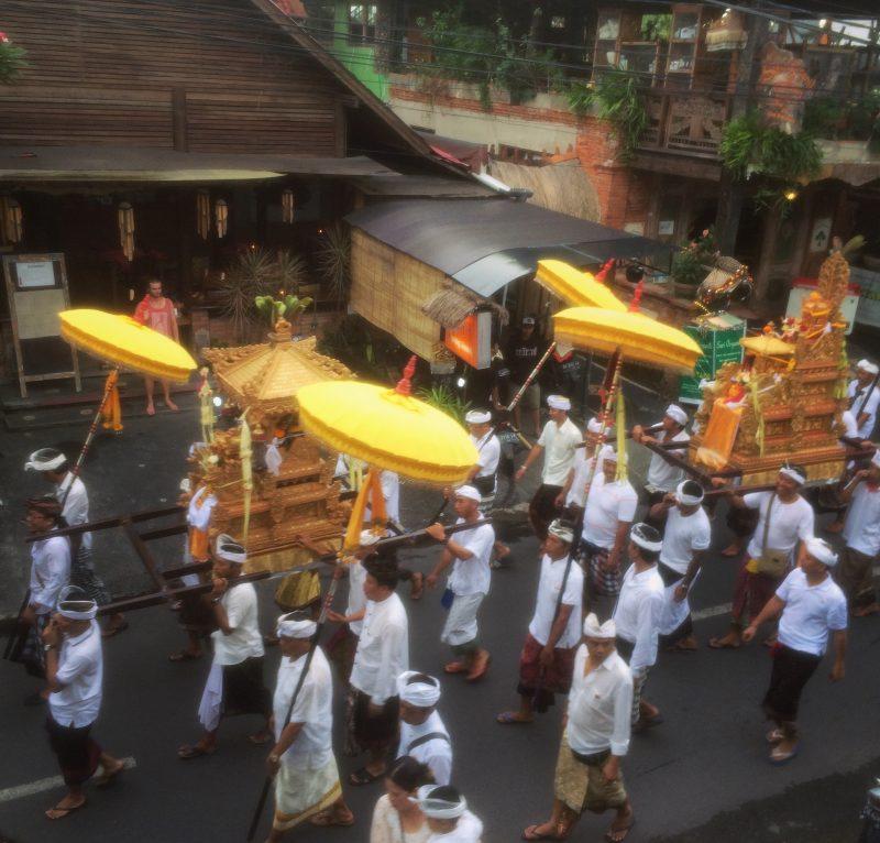 Procession jour de Melasti, purification à Bali