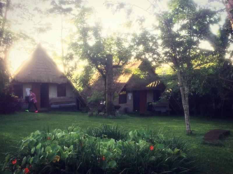 vue sur quelques dortoirs, cours vipassana, Bali
