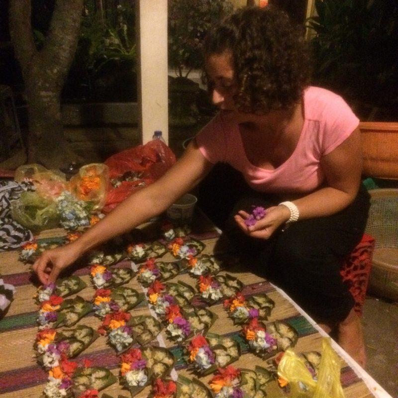 Nathalie en train de préparer des offrandes pour Galungan, Bali