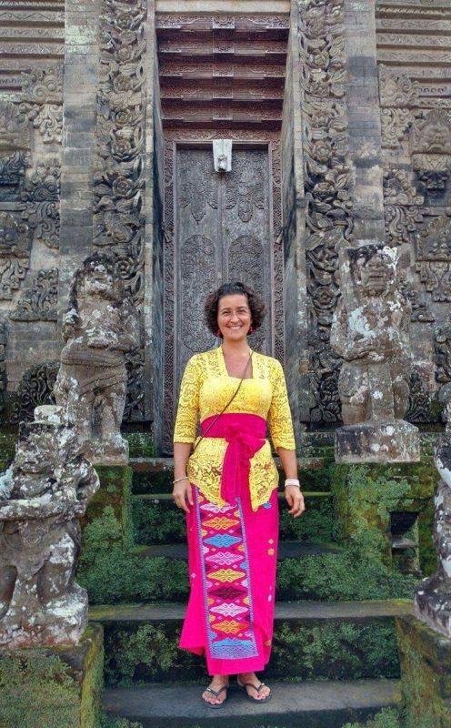 Nathalie dans un temple de Bali