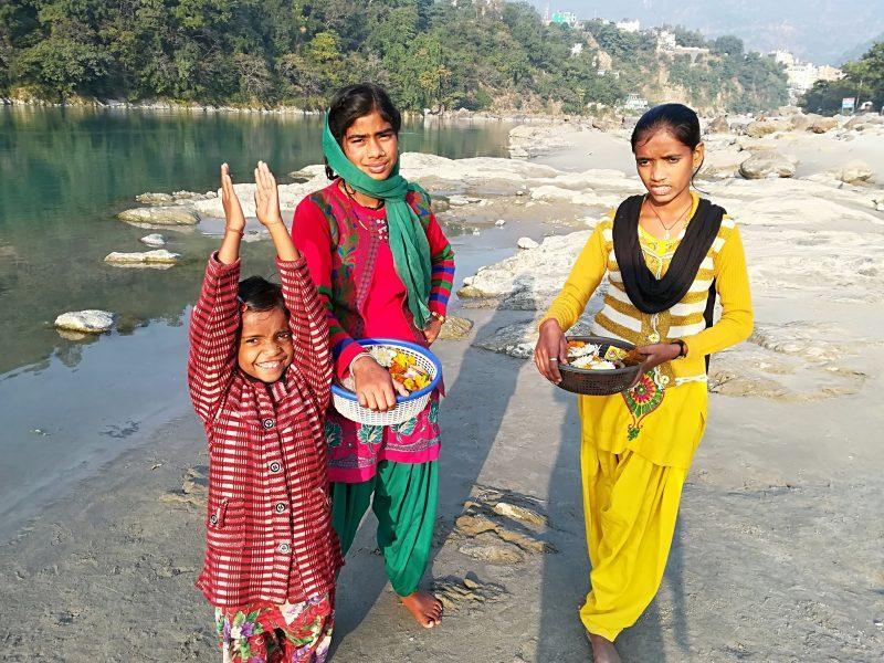 Jeunes filles vendant des offrandes au bord du Gange, Rishikesh, Inde